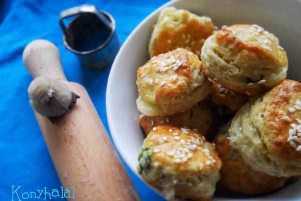 Kéksajtos-medvehagymás pogácsa