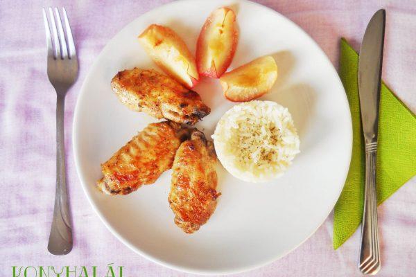 Ropogós csirkeszárnyak sült almával, rizzsel – hóvégi kedvenc
