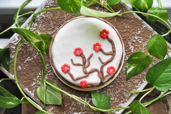Virágos linzertekercs-torta