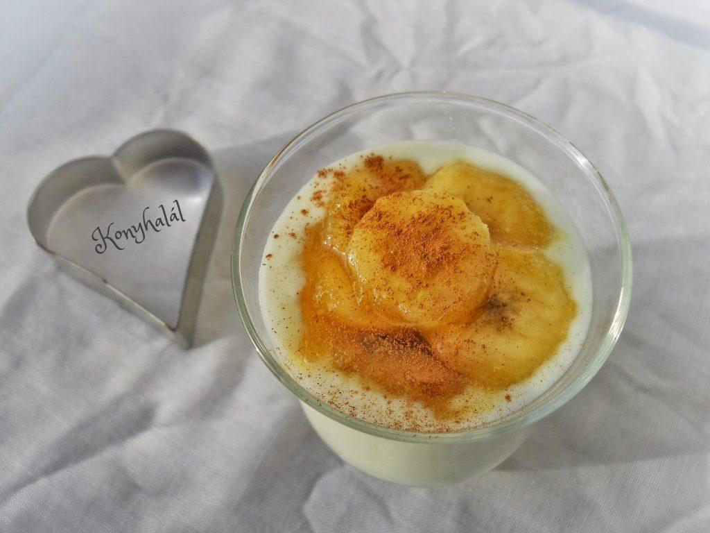 Egeszseges gyumolcsjoghurt karamellizalt banannal