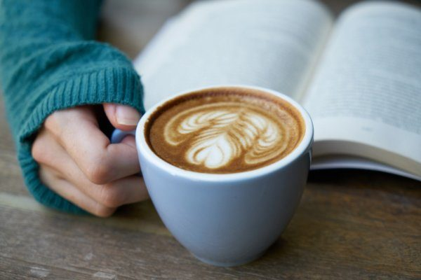 Ingyen kávé egy napig – idén is fizethetünk verssel a költészet világnapján